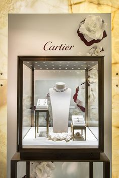 Cartier bridal window display at harrods, london, millington associates. Jewelry Store Design, Jewellery Display, Jewelry Shop, Jewelry Stores, Fine Jewelry, Luxury Jewelry, Fashion Jewelry, Shop Interior Design, Retail Design