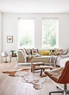 The living room is the space where friends and family gather to spend quality time in a home, so it's important for it to be well-designed. So check this superb living room inspiration. Home Living Room, Living Room Decor, Living Spaces, Cow Hide Rug Living Room, Best Interior Design Blogs, Farmhouse Remodel, City Farmhouse, Rustic Farmhouse, Boho Home