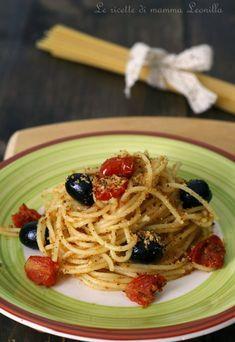 padellina antiaderente calda girando spesso. Lasciatelo raffreddare. In una padella antiaderente versare 4 cucchiai d'olio con lo spicchio d'aglio intero. Lasciate insaporire e togliete l'aglio. Unite all'olio i pomodorini e mischiando con un cucchiaio di legno fateli saltare per qualche minuto. Quando avranno appassito e rilasciato il sughetto unite le olive. Scolate gli spaghetti e conditeli direttamente nella padella a fuoco ancora acceso, aggiungete il pangrattato e mischiate per far… Italian Pasta, Italian Dishes, Italian Recipes, Healthy Snacks, Healthy Eating, Healthy Recipes, Eat Smart, Sauces, Summer Recipes