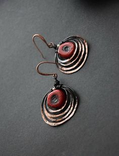 Ombre Hoop Earrings - Copper Hoop Earrings - Red Hoop Earrings - Oxidised Hoop Earrings - Hammered Hoop Earrings - Orbit Earrings Red coral earrings with great look and contrast of color and texture. The copper hoops are made from copper wire with red coral. The metal is hammered, #wirejewelry