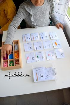 Cartes de nomenclature les perles de comptage de 0 à 99 Montessori Trays, Montessori Playroom, Ms Gs, Preschool Activities, Teaching, Children, Frame, Alice, Inspiration