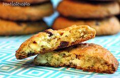 Essa é a receita de cookies que eu faço sempre aqui em casa. Já fiz muitas versões nessa massa básica. Troco gotas por castanhas, adiciono passas, já fiz com damasco. As vezes faço sem nada e capri…