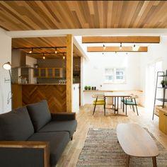 fukui-kensetsuさんの、ナラの床,レッドシダー天井,ヘリンボーン,化粧梁,吹抜け,福井建設,部屋全体,のお部屋写真