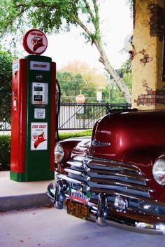 Total Classic - Vintage car and gas pump Old Gas Pumps, Vintage Gas Pumps, Classic Trucks, Classic Cars, American Gas, Pompe A Essence, Bmw Autos, Old Gas Stations, Filling Station