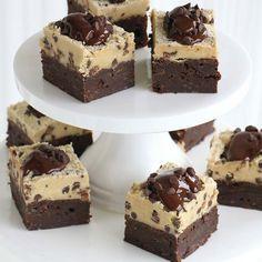 Brownies för alla som älskar choklad. Botten toppas med chocolate chip cookie dough, smält choklad och chokladbitar.