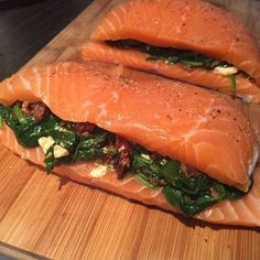 Fillet of salmon filled with sun-dried tomato, spinach and feta . Salmon Recipes, Fish Recipes, Healthy Recipes, Healthy Diners, Good Food, Yummy Food, Spinach And Feta, Happy Foods, Tasty Dishes