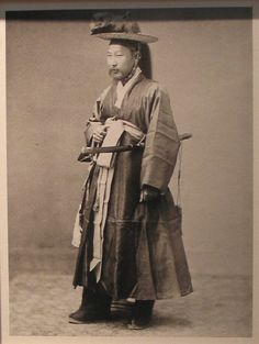 A police bureau chief during the Joseon Dynasty. Korean Photo, Korean Art, Korean Traditional, Traditional Outfits, Old Pictures, Old Photos, Korean Peninsula, Portrait Pictures, Strange History
