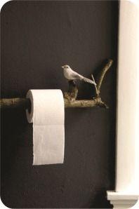 Ideias simples, criativas e fáceis de serem reproduzidas na sua casa. Tudo para deixar seu banheiro ou lavabo mais pessoal e único, com toques interessantes. A ideia é trazer a natureza para dentro, adicionando parcelas dela pelo banheiro. Como no suporte de papel higiênico, que é feito com um pedaço de tronco preso à parede. Para deixar mais bacana, um passarinho foi afixado nele. Fofo, fácil de fazer e de efeito.