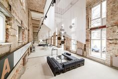 """Construido por plajer & franz studio en Berlin, Germany con fecha 2014. Imagenes por Christian Rudat. """"Un espacio"""" - una sala de exposición temporal para Ziegert immobilien!, Un antiguo cine, en un deteriorado edificio ..."""