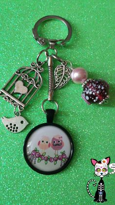 BIJOUX DE SACS PORTE-CLÉS CABOCHON KAWAII OISEAUX PIOUPIOU AMOUREUX SUR UNE GUIRLANDE DE ROSE : Porte clés par bijoux-songedete Diy Keyring, Market Day Ideas, Bottle Cap Art, Scrapbook Embellishments, Key Chains, Bead Crafts, Jewelry Accessories, Scrapbooking, Clay