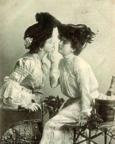 Vintage LGBT – Adorable Photographs of Lesbian Couples in the Past That Make You Always Believe in Love Vintage Lesbian, Vintage Couples, Vintage Love, French Vintage, Cute Lesbian Couples, Lesbian Art, Lesbian Love, Real Couples, Mädchen In Uniform