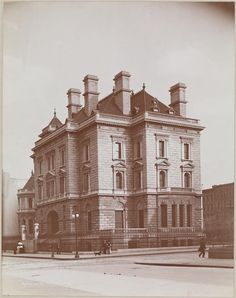 The Collis P. Huntington Mansion, 1891, on se corner of Fifth Avenue and 57th. Tiffany & Co. now stands on this site.