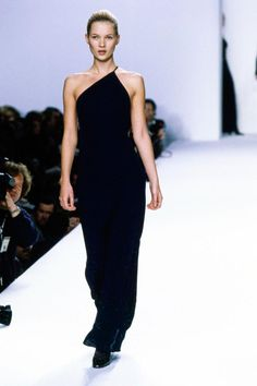 Calvin Klein Collection Fall 1996 Ready-to-Wear Fashion Show - Kate Moss Fashion 90s, Fashion Gone Rouge, Trendy Fashion, Runway Fashion, Vintage Fashion, Fashion Outfits, Kate Moss, Vestido Calvin Klein, Calvin Klein Dress