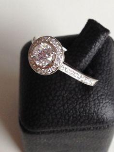Anillo de diamante a medida con ajuste pavé   Diamante central con certificado GIA   Diamantes de alta calidad GVS2 o superior