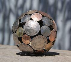 Artista transforma chaves e moedas em belas obras de arte