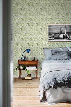 A soft, dreamy wallpaper with flowering clover. An ideal bedroom pattern. #trestintas #trestintasbarcelona #wallpaper #wallcovering #interiordesign #sandbergwallpaper #signatur