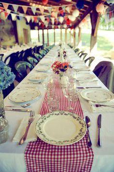 mixed vintage plates on gingham! ©Celine Zed - Mariage en rouge et bleu - La mariee aux pieds nus