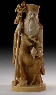 Jurojin é o deus da longevidade e da sabedoria. Ele é representado com uma longa barba branca, trazendo na mão um cetro (saku) sagrado ou um bastão onde esta pendurado um pergaminho (makimono) contendo as escritas da sabedoria mundial. É também considerado um deus da ecologia, porque geralmente é retratado junto de uma garça tipo grou (tsuru), uma tartaruga ou um veado.
