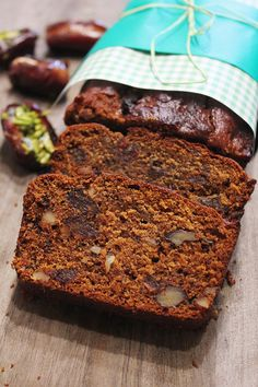 A recipe to elevate your date cake to the next level Baking Recipes, Cake Recipes, Dessert Recipes, Desserts, Date And Walnut Loaf, Date Cake, Date Nut Bread, Peach Cake, Loaf Cake