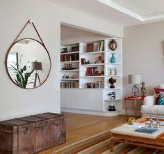 MARCENARIA | A estante da sala foi desenhada pela arquiteta Bianca da Hora. A escolha pela cor branca veio para combinar com a decoração clean. Os objetos trazem cor ao móvel (Foto: Denilson Machado - MCA Estúdio/Divulgação)