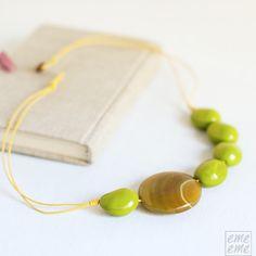 Collar formado por 5 cuentas verdes de cristal y una cuenta plana de agata que cuelgan en un cordón doble de algodon de color amarillo.    #emeeme jewelery #spain