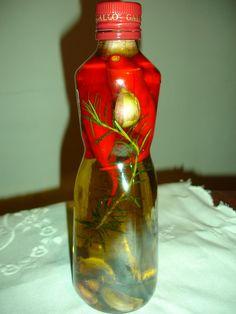 400 ml de azeite de oliva  - 3 pimentas vermelhas / dedo-de-moça  - 1 ramo de alecrim  - 6 dentes de alho  - 2 folhas de louro  -