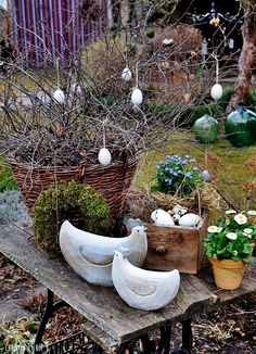 Courtyard Easter in the garden . - Monika Eisenbacher Hof Ostern im Garten. Courtyard Easter in the garden . Diy Easter Decorations, Decoration Table, Easter Projects, Garden Projects, Backyard Planters, Diy Osterschmuck, Garden Whimsy, Easter Traditions, Flower Planters