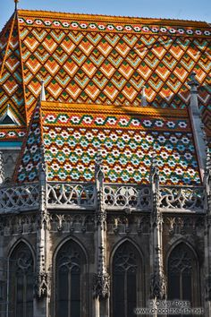 Ungarn Budapester Burg und Umgebung/Roof detail of the Matthias Church in Budapest castle Gothic Architecture, Historical Architecture, Budapest Travel Guide, Capital Of Hungary, Art Français, Church Pictures, Roof Detail, Old Churches, Place Of Worship