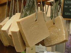 Sapete che il sapone di Marsiglia può essere realizzato in casa? Si, il detergente naturale più antico e conosciuto può essere preparato semplicemente, basta ... Savon Soap, Homemade Cosmetics, Beauty Case, Soap Bubbles, Soap Packaging, Home Made Soap, Soap Making, Clean House, Paper Shopping Bag