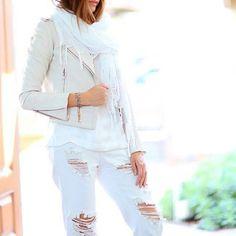 Белые джинсы уже который сезон невероятно популярны. Поэтому модницы не расстаются с ними не только летом, но и весной, и осенью, а самые смелые - даже зимой. Например, белые бойфренды стильно смотрятся и с более осенним гардеробом. Подобрать себе такие вы сможете в JiST или jist.ua, теперь по умопомрачительно низкой цене. #fashion #outfitidea: #stylish & #trendy #white #boyfirend #jeans help to create #chic #fall #outfit #мода #стиль #тренды #джинсы #бойфренды #модно #стильно #распродажа