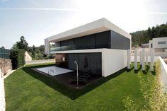 In der modernen Architektur spielen schlichte Geradlinigkeit…