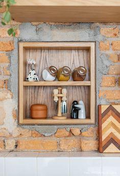 Casa que abraça | Capítulo 1 | Histórias de Casa Exposed Brick Walls, Space Interiors, Minimalist Home, Floating Shelves, House Design, Interior Design, Retro, Cool Stuff, Kitchen