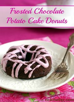 Chocolate Potato Cake Donuts - unbelievable vegan, gluten-free, low sugar and healthy recipe from Gluten Free Treats, Vegan Treats, Gluten Free Baking, Vegan Baking, Dairy Free Recipes, Healthy Desserts, Vegan Recipes, Chocolate Potato Cake, Chocolate Donuts