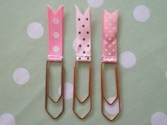 Marca páginas - Simple and sweet. German site, but looks like you can square off paper clips, then stitch a ribbon at the top for cute bookmarks. Paper Clips Diy, Paper Clip Art, Diy Paper, Paper Crafts, Filofax, Paperclip Crafts, Paperclip Bookmarks, Fun Crafts, Crafts For Kids