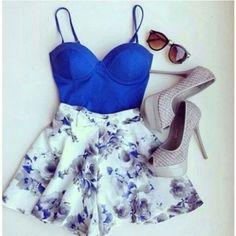 Acho que sou uma pessoa muito suspeita pra falar desse look. Primeiro por pela cor  A-Z-U-L que eu simplesmente amo. Segundo pela saia floral, que eu também amo!! ♥♥