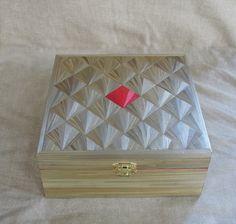 Elégante boîte à thé beige dorée motif éventail. http://jylitis-creations.alittlemarket.com/