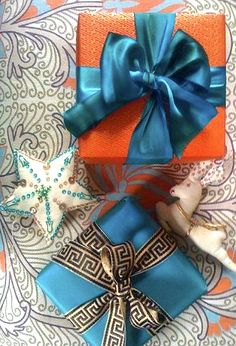 Gift wrapping idea - Add lovely satin ribbon to any gift wrapped package to make it more sophisticated - presents domino magazine - cadeau Creative Gift Wrapping, Present Wrapping, Creative Gifts, Wrapping Ideas, Christmas Gift Wrapping, Christmas Gifts, Christmas Decorations, Box Decorations, Christmas Packages