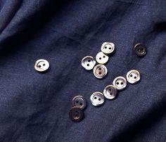 Tutorial para confeccionar una camisa clásica de mujer Cufflinks, Accessories, Fashion, Make A Shirt, Paper Piecing, Mechanical Pencil, Shirt Patterns, Printed Cotton, Hand Stitching