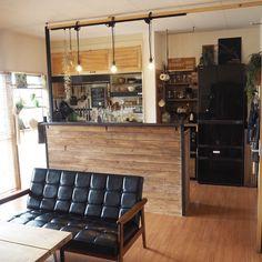 2013年末にDIYを始めた頃から 『お店みたいなインテリア』が好きなので、 いつもそれを頭に置いてDIYしています。 2016年3月末に今の築38年の賃貸物件に引っ越しをしました。 引っ越してすぐの4月初めにDIYした今の家のキッチンも、カフェのようなインテリアを意識しています。 Room Setup, Furniture, Home Kitchens, Home, Interior, Room Diy, Diy Kitchen, Kitchen Counter, Home Decor