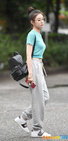 Best Picture For airport outfits sporty For Your Taste You are looking for something, and it is goin Tumblr Outfits, Hipster Outfits, Kpop Fashion Outfits, Blackpink Fashion, Fashion Idol, Fashion Looks, Petite Fashion, Curvy Fashion, Fashion Trends