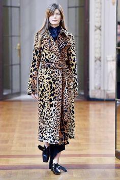 Модель в леопардовом пальто с поясом