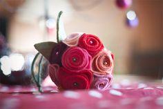 Zelfgemaaktte boutonnieres of bruidsboeket van vilt   Pinterested @ wedspiration.com.