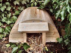 Abri en bois pour hérissons. Ils peuvent y hiverner, se reproduire et se réfugier pendant l'été. La petite entrée décourage les prédateurs. Une porte à charnière à l'arrière permet de nettoyer l'intérieur ou observer les hérissons. Placer à l'abri des vents dominants. Mettre des feuilles autour de la maison et deux poignées d'herbes sèches et des feuilles à l'intérieur pour le nid. Les hérissons sont très utiles dans la nature et les jardins : ils mangent des cafards, des vers, des…