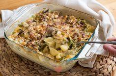Deze pasta ovenschotel is supermakkelijk om te maken, want alles gaat rauw en ongekookt de ovenschaal in. Ook de pasta! Terwijl de oven al het werk doet kun jij rustig de tafel dekken, of lekker onderuitgezakt een boekje lezen. Ik houd ervan! Baked Brie Appetizer, Appetizer Recipes, Appetizers, Diner Recipes, Comfort Food, Quick Easy Meals, Pasta Recipes, Food Inspiration, Italian Recipes