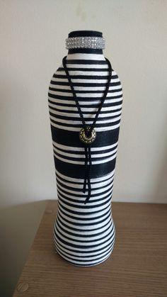 Garrafa decorada com linha.