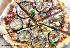 Pizza mit Auberginen und Parmesan