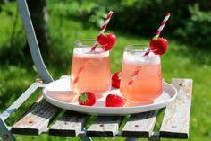 Nyt sommeren mens den er her, ta vare på alle de gode smakene og server dem så ofte du kan! Denne rabarbralimonaden er en ypperlig velkomstdrikk eller forfriskning i sommerens små og store sammenko…