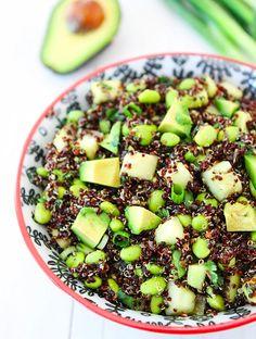 I denne skønne avokadosalat med sort quinoa har jeg tilsat edamamebønner, hvilket gør salaten særdeles proteinrig. Kender du QUINOA? Quinoa kan have op til 50% mere protein end f.eks. brune ris og korn og er dermed en fyldestgørende erstatning for kød i vegetarisk madlavning. Quinoa er de....