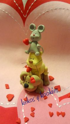 Kekos & Kookies cute toppers for Valentine's day Crea Fimo, Fimo Clay, Polymer Clay Charms, Ceramic Clay, Fondant Animals, Clay Animals, Clay Projects, Clay Crafts, Biscuit