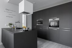 Tyylikäs musta keittiö - Etuovi.com Ideat & vinkit Minimal Kitchen, Modern Kitchen Design, Kitchen Dining, Kitchen Island, Kitchen Cabinets, Scandinavian Style, Decoration, Minimalism, New Homes